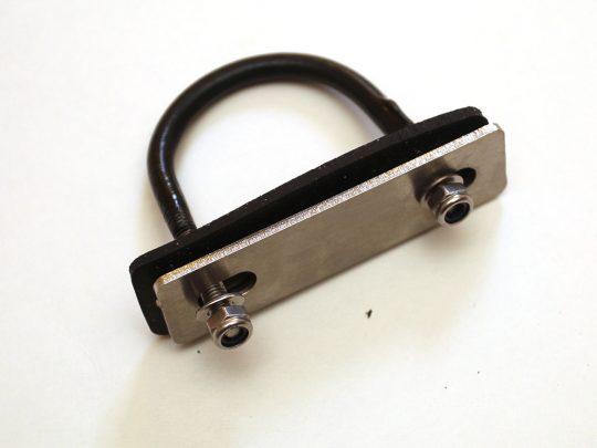 Abraçadeira de suspensão para fixação de bagageiros e suportes
